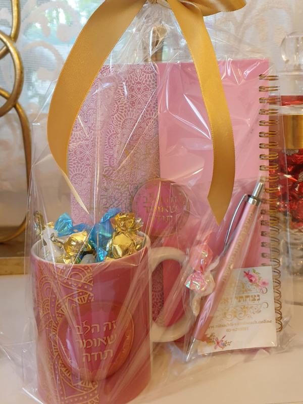 מתנה לאישה - מתנה לנערה - ספל ורוד עם סוכריות - מחברת ורודה מעוצבת = ספל עם כיתוב